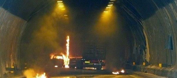 20080306 - CALENZANO (FIRENZE) - CRO : INCIDENTI STRADALI: A1; MEZZO IN FIAMME, QUATTRO INTOSSICATI. L'automobile che ha preso fuoco all'interno della galleria 'delle Croci' sull'A1, tra Calenzano e Barberino del Mugello, in direzione Nord, per un incidente che ha coinvolto anche un mezzo pesante e un'altra autovettura. ANSA / CARLO FERRARO / PAL