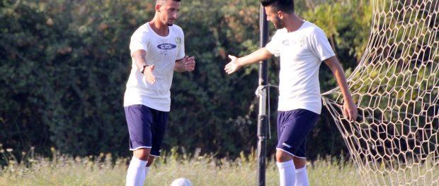 Fichera e Cocimano dopo il gol realizzato dall'attaccante col Megara