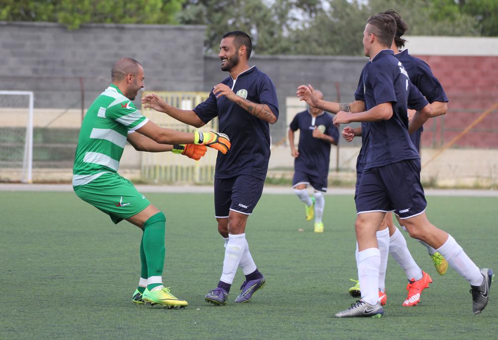 Filicetti abbracciato da Aglianò dopo il gol dell'1 a 0 del Palazzolo