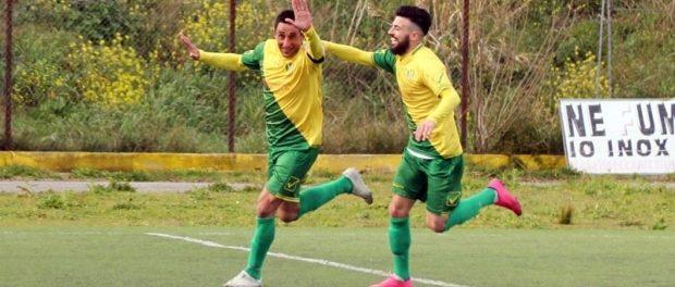 Gigi Calabrese e Claudio Fichera festeggiano dopo il gol del 2 a 0