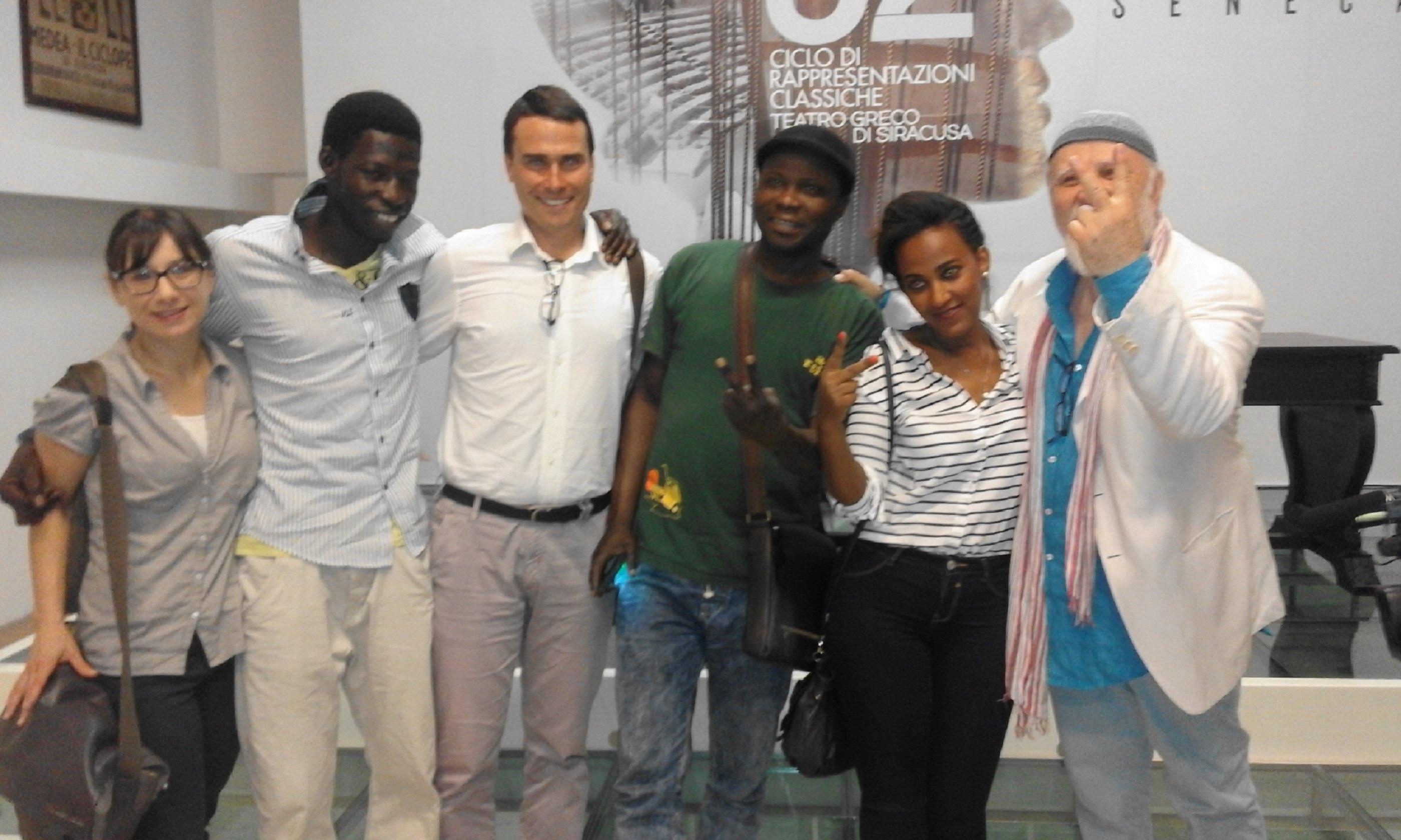 Nella foto Moni Ovadia con alcuni ragazzi dello Sprar di Melilli che parteciperanno alla Giornata mondiale per il rifugiato.