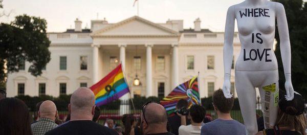Una veglia in ricordo delle persone morte e ferite al Pulse a Washington DC, 12 giugno 2016 (ANDREW CABALLERO-REYNOLDS/AFP/Getty Images)