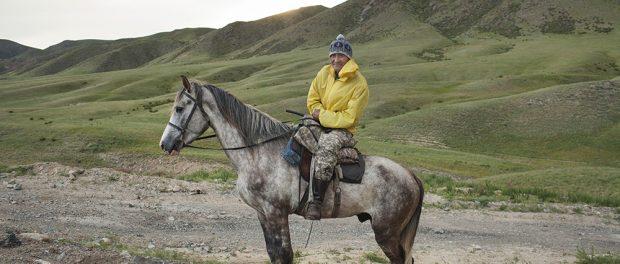 Kazakistan, maggio 2016. Allevatore di cavalli nella steppa vicino all'autostrada che collega Almaty con Taldykorgan. Kazakhstan, May 2016. Breeder of horses in the steppe near the highway linking Almaty to Taldykorgan.