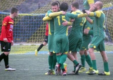 Musumeci e Bayon festeggiati dai compagni dopo il gol del 3 a 0